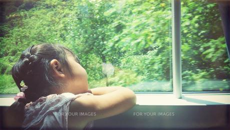 窓の外の景色を眺める女の子の素材 [FYI00250679]