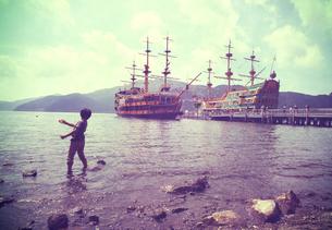 船と湖と少年の写真素材 [FYI00250683]