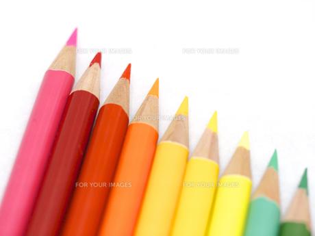 虹色に並んだ色鉛筆の写真素材 [FYI00250873]