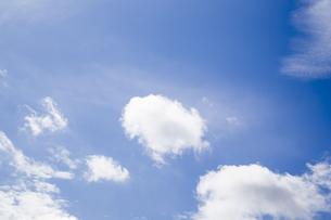 青空に浮かぶ雲の写真素材 [FYI00251537]