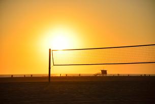 夕日とビーチバレーコートの写真素材 [FYI00251626]