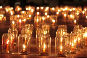 祈りの灯の写真素材 [FYI00252027]