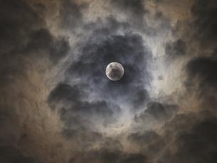 雲に邪魔されている十五夜お月様(2015.9.27)の素材 [FYI00252278]