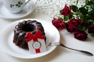 チョコレートケーキとバラの写真素材 [FYI00252706]