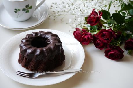 チョコレートケーキとバラの写真素材 [FYI00252707]