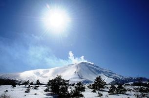 火山活動中 浅間山の雪景色の写真素材 [FYI00253138]