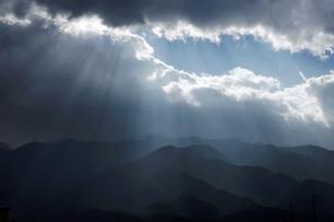 光芒(天使の梯子)の写真素材 [FYI00253145]