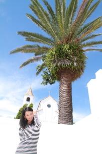 教会の前の若い女性の写真素材 [FYI00253294]