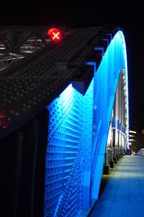 青く光る永代橋の写真素材 [FYI00253400]
