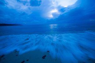 寄せる波の写真素材 [FYI00253441]