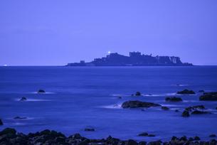 夜中に浮かび上がる軍艦島の写真素材 [FYI00253445]