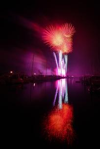ヨットハーバーの花火大会の写真素材 [FYI00253453]