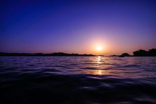 穏やかな海の夕暮れの写真素材 [FYI00253454]