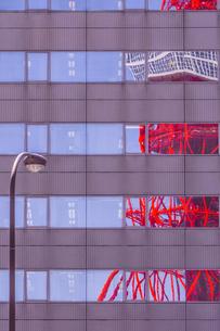 ビルの窓ガラスに写りこむ東京タワーの写真素材 [FYI00253459]