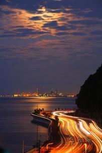 別大国道と夜景と月明かりの写真素材 [FYI00253596]