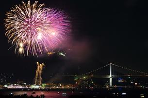 関門海峡花火の写真素材 [FYI00253954]
