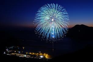 かまえ元猿湾冬の花火大会の写真素材 [FYI00254212]