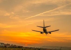夕焼けと飛行機の写真素材 [FYI00254771]