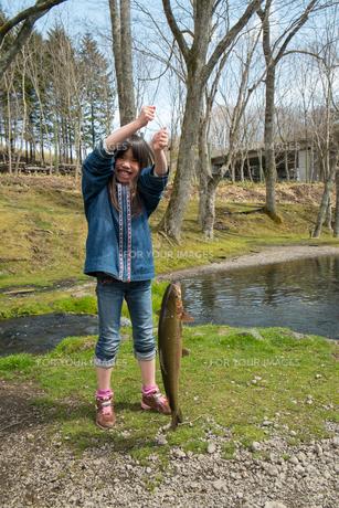 魚を釣った子供の写真素材 [FYI00254803]
