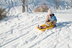 ソリで遊ぶ子供達の写真素材 [FYI00254816]