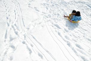 ソリで遊ぶ子供達の写真素材 [FYI00254824]