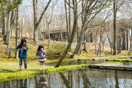釣りをする子供達の写真素材 [FYI00254825]