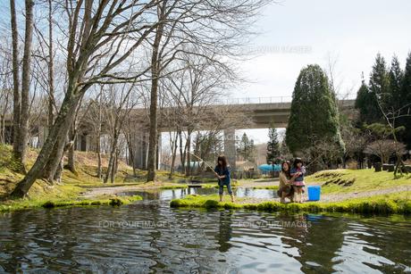 釣りをする親子の写真素材 [FYI00254826]