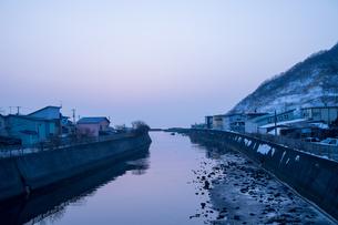 夜明けの河口の写真素材 [FYI00254828]