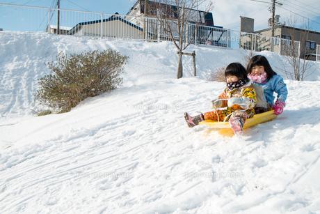ソリで遊ぶ子供達の写真素材 [FYI00254835]