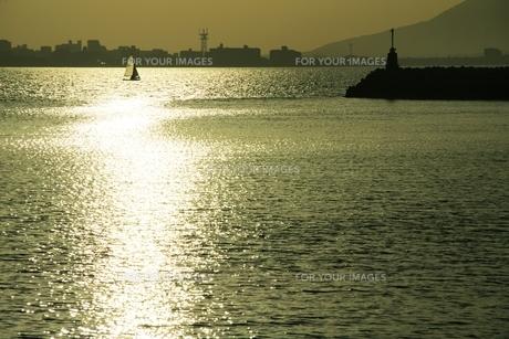 波とヨットの写真素材 [FYI00254895]