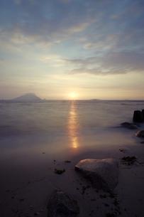浜辺の岩の写真素材 [FYI00254896]