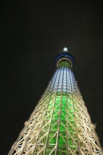 東京スカイツリーを見上げるの写真素材 [FYI00254907]