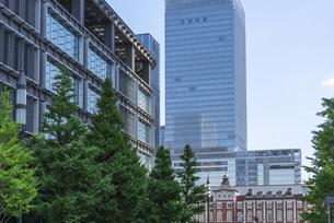 新丸の内ビルと東京駅の写真素材 [FYI00254917]