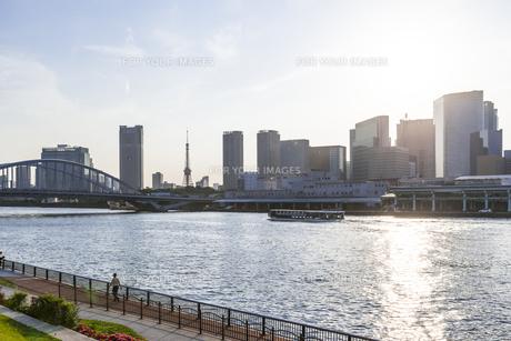 日が傾いた夕方に、勝どきの隅田川沿いより銀座・新橋・浜松町方面を望む景色の写真素材 [FYI00255055]