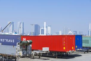 東京湾の芝浦ふ頭に並ぶコンテナ車両の写真素材 [FYI00255057]