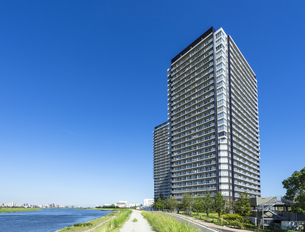 多摩川沿いに建つタワーマンションの写真素材 [FYI00255090]