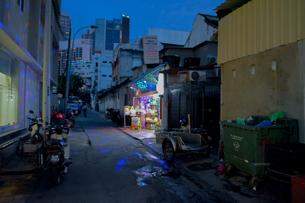 裏路地怪しく光る店の写真素材 [FYI00255311]
