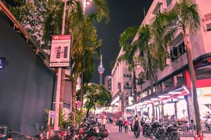 街の通りから見えるタワーの写真素材 [FYI00255325]
