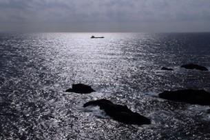 輝く海と貨物船の素材 [FYI00256686]