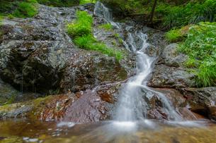 渓谷の滝の写真素材 [FYI00257066]