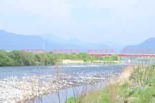 赤い鉄橋と川の写真素材 [FYI00257481]
