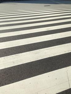 モダンアートのような横断歩道の写真素材 [FYI00257519]