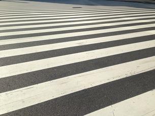 モダンアートのような横断歩道の写真素材 [FYI00257523]