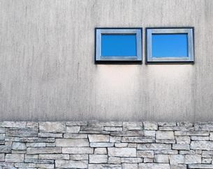 窓ガラスに映る青空の写真素材 [FYI00257690]