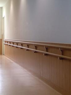 手摺りのある廊下の写真素材 [FYI00257703]