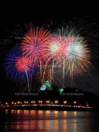 城と川と花火の写真素材 [FYI00258157]