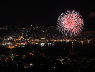 夜景と川に浮かぶ花火の写真素材 [FYI00258165]