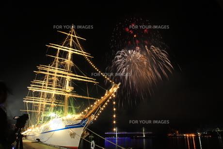帆船と花火の写真素材 [FYI00258166]