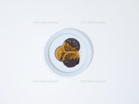 白いテーブルの上のオレンジチョコレートの写真素材 [FYI00258174]