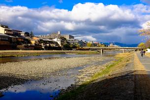 京都市内を流れる鴨川と空と雲の写真素材 [FYI00258176]
